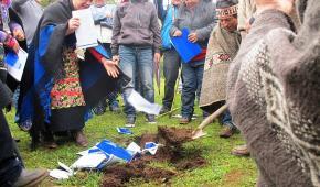 Mapuches enterraron en el cerro Ñielol la propuesta de Paz Social en La Araucanía del senador Espina